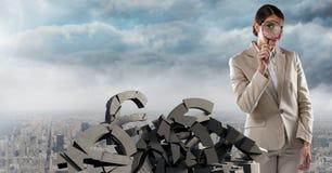 Σπασμένη συγκεκριμένη πέτρα με το ευρο- σύμβολο χρημάτων και επιχειρηματίας στη εικονική παράσταση πόλης Στοκ Εικόνες