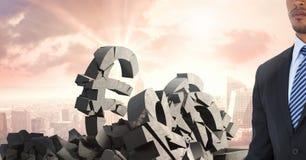 Σπασμένη συγκεκριμένη πέτρα με το ευρο- σύμβολο χρημάτων και επιχειρηματίας στη εικονική παράσταση πόλης Στοκ Εικόνα