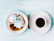 Σπασμένη τοπ άποψη έννοιας σχέσης φλυτζανιών καφέ Στοκ Φωτογραφία