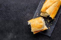 Σπασμένη φραντζόλα του γαλλικού ψωμιού με το διάστημα αντιγράφων Στοκ Φωτογραφίες