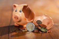 Σπασμένη piggy τράπεζα και ευρο- νομίσματα στοκ εικόνα με δικαίωμα ελεύθερης χρήσης