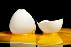 Σπασμένος ακατέργαστος λέκιθος αυγών με μια μεγάλη κινηματογράφηση σε πρώτο πλάνο Στοκ εικόνες με δικαίωμα ελεύθερης χρήσης