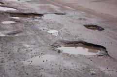 Σπασμένος δρόμος ασφάλτου το χειμώνα στοκ φωτογραφίες