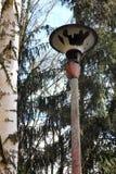 Σπασμένος και ξεχασμένος lamppost στοκ φωτογραφία