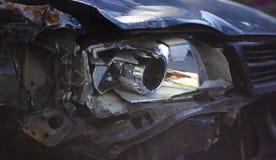 Σπασμένος μπροστινός σωστός προβολέας αυτοκινήτων που αποκτάται σε ένα ατύχημα Στοκ Εικόνες