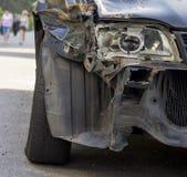 Σπασμένος μπροστινός σωστός προβολέας αυτοκινήτων που αποκτάται σε ένα ατύχημα Στοκ εικόνα με δικαίωμα ελεύθερης χρήσης