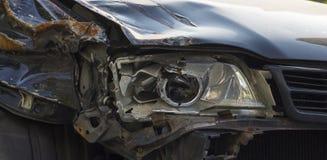 Σπασμένος μπροστινός σωστός προβολέας αυτοκινήτων που αποκτάται σε ένα ατύχημα Στοκ εικόνες με δικαίωμα ελεύθερης χρήσης