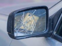 Σπασμένος οπισθοσκόπος καθρέφτης στο αυτοκίνητο στοκ φωτογραφία