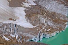 Σπασμένος πάγος της αντανάκλασης παγετώνων στην αλπική λίμνη στοκ εικόνα