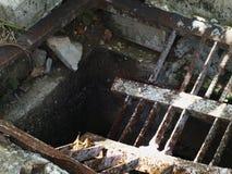 Σπασμένος, παλαιός, και σκουριασμένος οδικός δευτερεύων αγωγός Στοκ Εικόνες