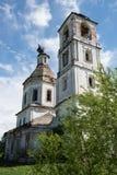 Σπασμένος πύργος κουδουνιών και η εκκλησία Στοκ φωτογραφία με δικαίωμα ελεύθερης χρήσης
