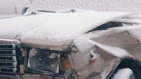 Σπασμένος στο αυτοκίνητο ατυχήματος που καλύπτεται με το χιόνι απόθεμα βίντεο