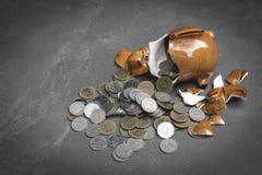 Σπασμένος piggy με τον υπολογιστή, νομίσματα, μάνδρα, έννοια σημειώσεων στον πίνακα Στοκ Φωτογραφίες