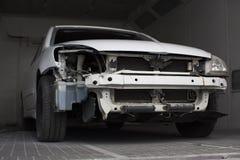 Σπασμένο άσπρο αυτοκίνητο στο γκαράζ Στοκ εικόνες με δικαίωμα ελεύθερης χρήσης