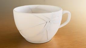 Σπασμένο άσπρο φλυτζάνι καφέ στο ξύλο Στοκ Εικόνες