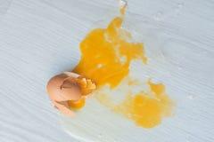 Σπασμένο αυγό στο πάτωμα Στοκ φωτογραφία με δικαίωμα ελεύθερης χρήσης
