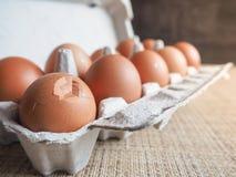Σπασμένο αυγό στο σύνολο Στοκ φωτογραφία με δικαίωμα ελεύθερης χρήσης