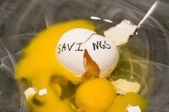 Σπασμένο αυγό φωλιών αποταμίευσης χρήματα Στοκ φωτογραφίες με δικαίωμα ελεύθερης χρήσης