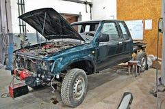 Σπασμένο αυτοκίνητο στην υπηρεσία στοκ εικόνα με δικαίωμα ελεύθερης χρήσης