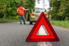 Σπασμένο αυτοκίνητο στο δρόμο και τον οδηγό Στοκ φωτογραφία με δικαίωμα ελεύθερης χρήσης