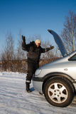 σπασμένο αυτοκίνητο το κοιτάζοντας άτομό του λυπημένο Στοκ Εικόνες