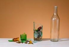 Σπασμένο γυαλί και ανακυκλωμένο μπουκάλι γυαλιού Στοκ εικόνες με δικαίωμα ελεύθερης χρήσης
