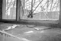 Σπασμένο γυαλί στο παράθυρο του παλαιού βιομηχανικού κτηρίου Στοκ εικόνα με δικαίωμα ελεύθερης χρήσης