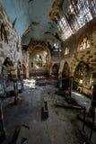 Σπασμένο λεκιασμένο γυαλί και καταρρέοντας πάτωμα & οροφή - εγκαταλειμμένη εκκλησία στοκ εικόνα