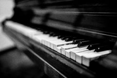 Σπασμένο εκλεκτής ποιότητας πιάνο, γραπτό Στοκ εικόνα με δικαίωμα ελεύθερης χρήσης
