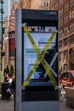 Σπασμένο ηλεκτρονικό σημάδι διαφήμισης LCD ψηφιακό με την κίτρινη ταινία προσοχής σε μια λεωφόρο στο Μανχάταν, πόλη της Νέας Υόρκ στοκ φωτογραφία με δικαίωμα ελεύθερης χρήσης