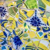 Σπασμένο διακόσμηση γυαλί κεραμιδιών μωσαϊκών, πάρκο Guell, Βαρκελώνη, Ισπανία Στοκ Εικόνα