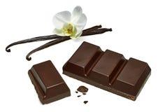 Σπασμένο κάλυμμα φραγμών σοκολάτας με τους λοβούς βανίλιας στοκ φωτογραφίες