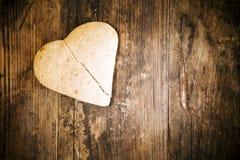 Σπασμένο κέικ καρδιών στον ξύλινο πίνακα. Στοκ φωτογραφία με δικαίωμα ελεύθερης χρήσης