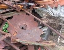 Σπασμένο και οξυδωμένο μέταλλο φύλλων στοκ φωτογραφίες