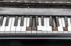 Σπασμένο κινηματογράφηση σε πρώτο πλάνο πληκτρολόγιο πιάνων Στοκ φωτογραφία με δικαίωμα ελεύθερης χρήσης