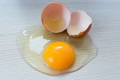 Σπασμένο κοτόπουλο αυγό στον πίνακα στοκ εικόνα