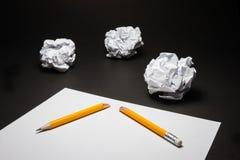Σπασμένο μολύβι, έγγραφο, τσαλακωμένο έγγραφο στο μαύρο υπόβαθρο Στοκ Εικόνες
