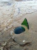 Σπασμένο μπουκάλι στην παραλία Στοκ φωτογραφία με δικαίωμα ελεύθερης χρήσης