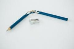 Σπασμένο μπλε μολύβι με sharpener Στοκ Εικόνα