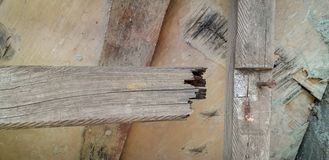 Σπασμένο ξύλινο βήμα σε μια ξύλινη σκάλα βημάτων στοκ φωτογραφίες