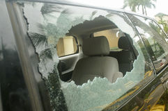Σπασμένο οπίσθιο γυαλί στο αυτοκίνητο, κίνδυνος ατυχήματος στοκ φωτογραφία