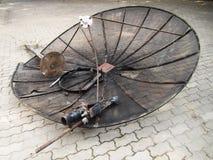 Σπασμένο δορυφορικό πιάτο στο πάτωμα Στοκ Εικόνα