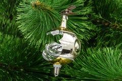 Σπασμένο παιχνίδι Χριστουγέννων σε ένα υπόβαθρο χριστουγεννιάτικων δέντρων Στοκ Εικόνες