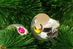 Σπασμένο παιχνίδι Χριστουγέννων σε ένα υπόβαθρο χριστουγεννιάτικων δέντρων Στοκ Φωτογραφίες