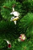 Σπασμένο παιχνίδι Χριστουγέννων σε ένα υπόβαθρο χριστουγεννιάτικων δέντρων Στοκ φωτογραφίες με δικαίωμα ελεύθερης χρήσης