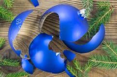 Σπασμένο παιχνίδι Χριστουγέννων στο ξύλινο υπόβαθρο Στοκ φωτογραφία με δικαίωμα ελεύθερης χρήσης