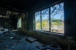 Σπασμένο παράθυρο ενός εργοστασίου στοκ φωτογραφία