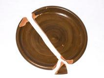 Σπασμένο πιάτο αργίλου η ανασκόπηση απομόνωσε το λευκό Στοκ εικόνα με δικαίωμα ελεύθερης χρήσης