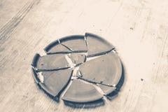 Σπασμένο πιάτο που βρίσκεται σε έναν ξύλινο πίνακα Στοκ φωτογραφία με δικαίωμα ελεύθερης χρήσης