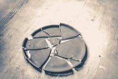 Σπασμένο πιάτο που βρίσκεται σε έναν ξύλινο πίνακα παλαιός τρύγος ύφους Στοκ φωτογραφίες με δικαίωμα ελεύθερης χρήσης